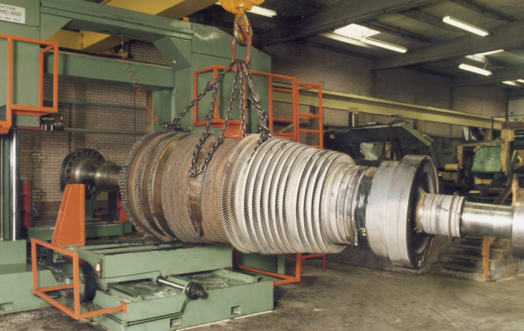 Recovering turbine shaft by bandsawing